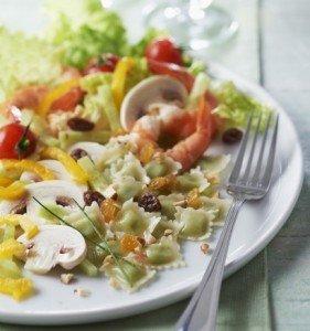 Salade colorée aux crevettes et ravioles au Comté St Jean