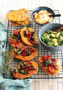 Recette Bio : Petits pains plats barbecues aux poivrons, salade d'avocat et sésame Bio